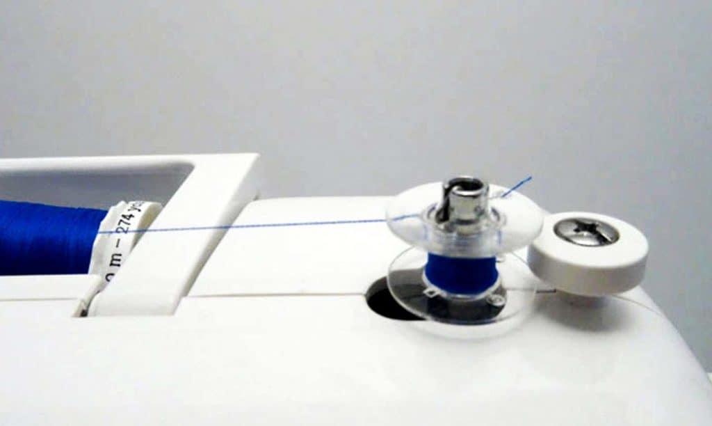 como enhebrar una maquina de coser 5