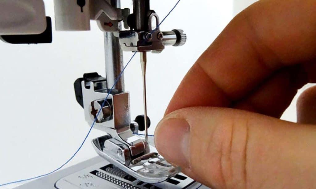 como enhebrar una maquina de coser 9