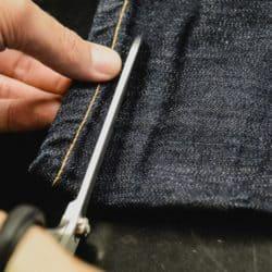 cómo hacer un dobladillo perfecto a tus pantalones vaqueros