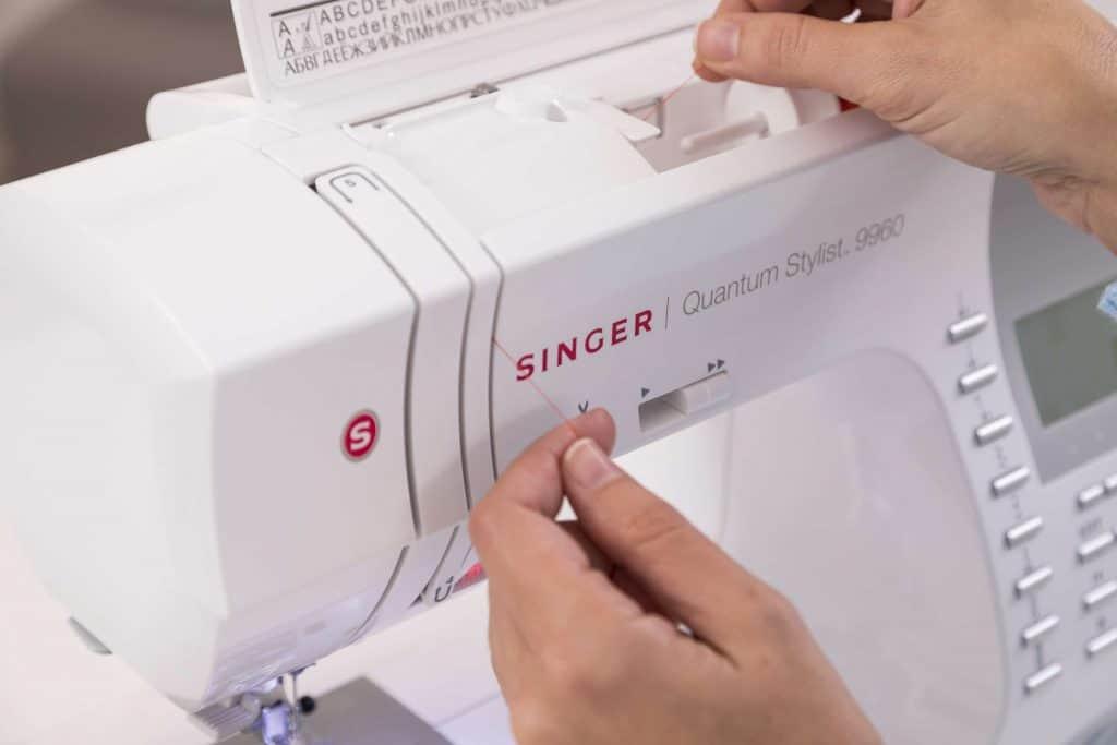 Reseña de Singer 9960 Enhebrar, bobinas y prensatelas