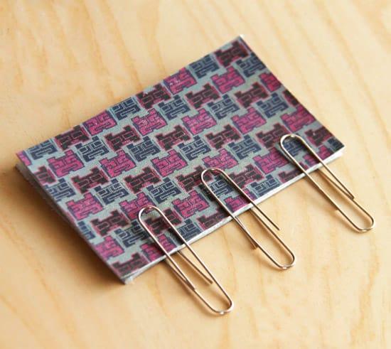 No se puede pinchar el cuero; cualquier agujero hecho en la tela se mantendrá. En su lugar, use clips para mantener los pedazos de cuero juntos. (Mira más formas de usar los clips).